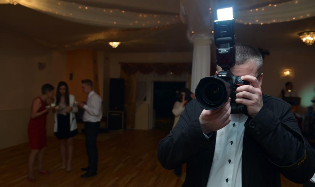 Podczas robienia zdjęć na weselu