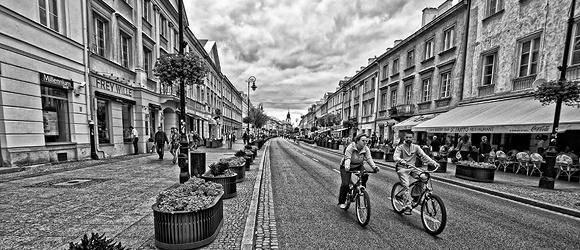 Spacer z aparatem w ręku ulicami Warszawy