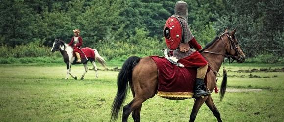 Polska Husaria na koniach w Warszawie
