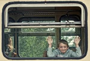 Maciuś w wagonie piaseczyńskiej kolei wąskotorowej