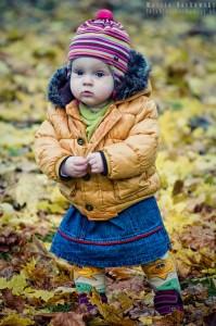 Ania w jesiennych liściach