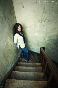 Sylwia na schodach w starym domu
