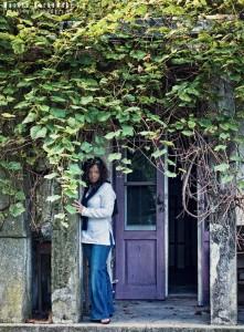 Sylwia przed starym domem