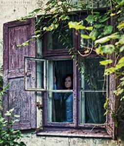 Sylwia w oknie starego domu