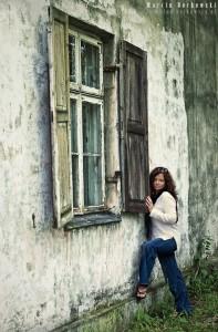 Sylwia przy oknie starego domu