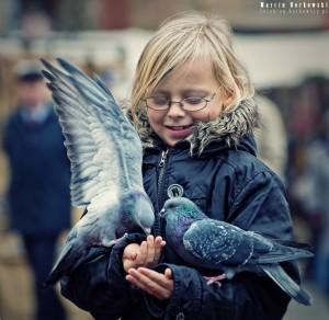 Dziewczynka z gołębiami