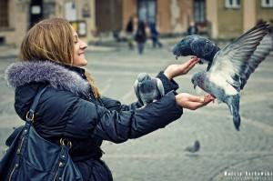 Kobieta z gołębiami
