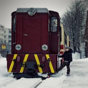 Maciuś przy pociągu kolei wąskotorowej w Piasecznie