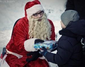 Maciuś odbiera prezent od Mikołaja