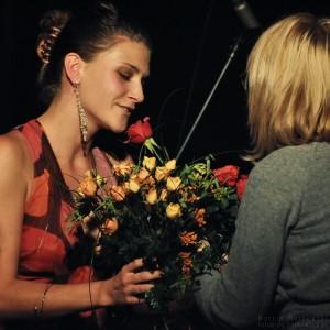 Julia otrzymała dużo kwiatów od osób z widowni