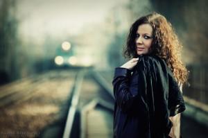 Sylwia na torach z pociągiem w tle
