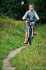 Maciek na leśnej ścieżce rowerowej